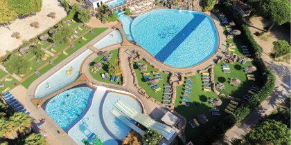 Espace aquatique du camping le Soleil cinq étoiles à Argelès sur Mer avec toboggan aquatique plus de 1500 m2 de plage aire de jeux aquatique pour les enfants